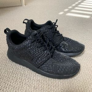 Super rare Nike roshe triple black